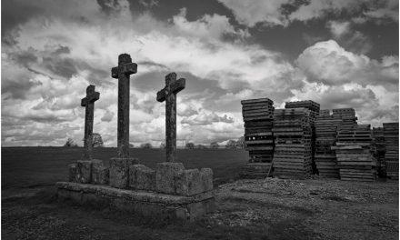Están clavadas tres cruces en el Monte Pío del Olvido