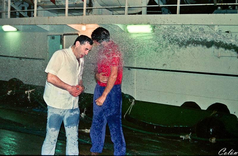 Baldeo de Manolo y Valentin celebrando el paso del Ecuador
