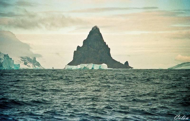 Pico de entrada a la Isla Decepcion