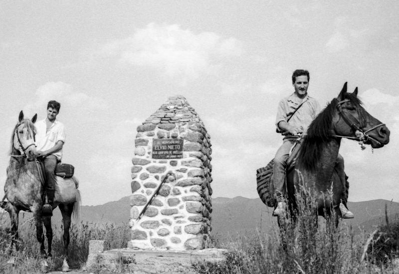 dous homes dous cabalos