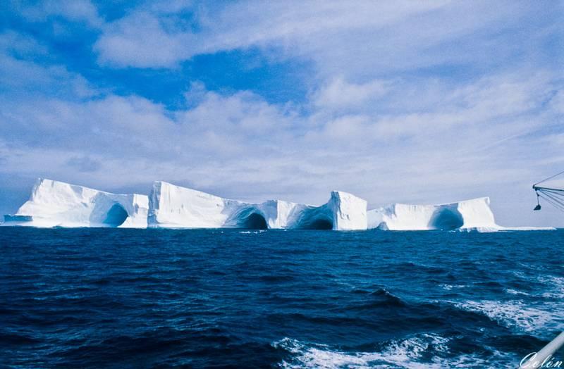 Iceberg con cuevas
