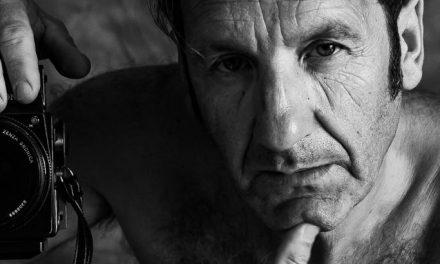 Cincuenta retratos de Anxo Cabada: la depuración estética como escuela de elegancia